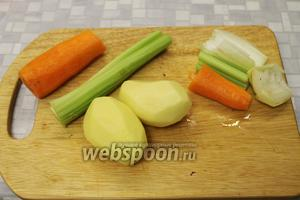 Овощи очистить, отрезать крупный кусок моркови, сельдерея, лука для бульона. Залить водой (1,5 л) и довести до кипения.