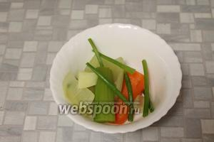 Когда картофель станет мягким, вынуть бульонные овощи.
