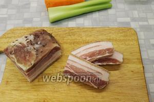 Для заправки кулеша взять сало (у меня солёное сало, в прослойках много мяса, поэтому нужно добавить масла, если взять жирное сало, то масло можно не добавлять). Нарезать сало пластинками, а потом мелкими брусочками.