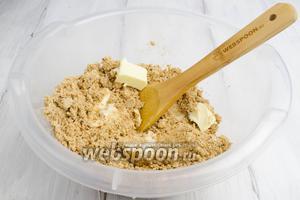 Добавить понемногу мягкое сливочное масло. Перемешать до однородной массы.