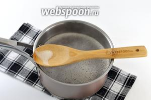 Залить гречку кипятком, добавить соль, перемешать. Довести до кипения и снять пену. Сразу же закрыть крышкой. И готовить на огне ниже среднего, на протяжении 17-20 минут, до готовности. Крышку при варке не открывать и ничего не перемешивать.