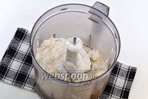 В чаше кухонного комбайна соединить творог, сливки и сахарную пудру.