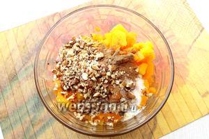 Затем тыкву мелко нарезаем или трём на крупной тёрке. Добавляем сахар, измельчённые обжаренные орехи, размягчённое масло и корицу, перемешиваем.