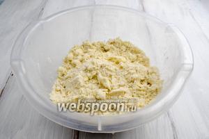 Холодными руками быстро смешать муку с маслом до консистенции сырого песка.