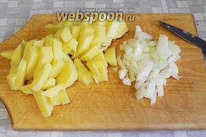 Мелко нарезать лук, брусочками — картофель.