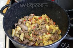 Перемешать с овощами, добавить майоран и довести до готовности печёнки под крышкой. Сразу подавать, кстати, в охлаждённом виде ещё вкуснее.