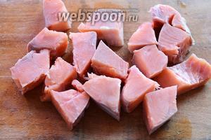 Подготавливаем сначала рыбу. Кету нарезаем кубиками, кости большие необходимо вынуть.