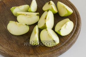 Яблоки промойте, разрежьте на дольки.