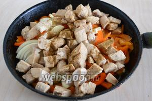 Отправьте на сковородку с разогретым маслом. Добавьте нарезанный полукольцами лук, нарубленный чеснок и ломтики сладкого перца. Посолите, поперчите, приправьте специями.