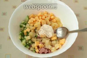 В глубокую миску выложить все ингредиенты для салата, добавить соль, перец и майонез.