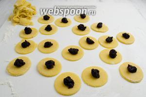 Разложить на круги начинку из мака, приблизительно 5 г (1/2 чайной ложки).