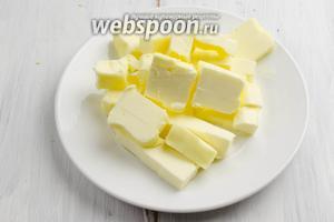 Холодное масло нарезать кусочками. Поставить в морозилку на 15 минут.