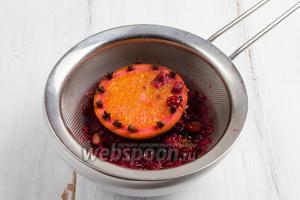 Пряный ягодный сироп процедить.