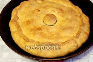 Готовый пирог вынуть, смазать маслом и накрыть крышкой (или пекарской бумагой) и полотенцем на 30 минут. Пусть отдохнёт и пропитается, за это время поверхность пирога станет мягкой и податливой. Подают пирог целиком в той же посуде, надрезая по кругу крышку, начинку накладывают в тарелки, а корочку разламывают и кусочки кладут на тарелку вместо хлеба. Нижней корочкой — самой вкусной и сочной, принято угощать самых старейших, уважаемых людей и гостей.
