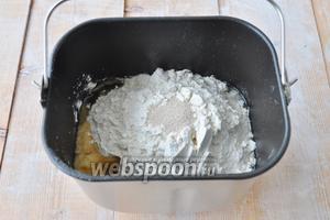 Приготовим постное тесто для пирогов. Просто это сделать с помощью хлебопечи. В ведёрко хлебопечи налить воду и добавить все составляющие.