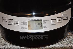 Поместим ведёрко в хлебопечку и выберем программу «тесто». Время выйдет автоматически, 1 час 30 минут. Пока тесто готовится, можно заняться начинкой.