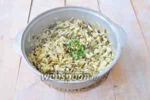 Добавим капусту и будем жарить до готовности капусты. Добавим зелень и перец по вкусу. Соль по желанию.