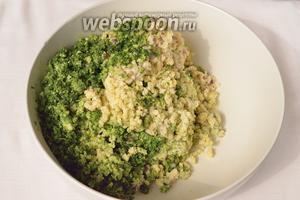 Спустя сутки, слейте воду и пропустите через мясорубку бобы, нут, всю зелень, репчатый лук и чеснок.