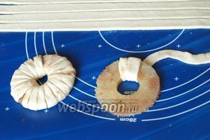 Затем заплетать тесто вокруг кольца, продевая его через отверстие в центре.