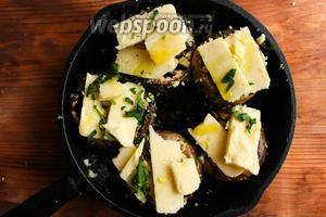 Сверху выложите ломтики сыра и присыпьте немного петрушкой.