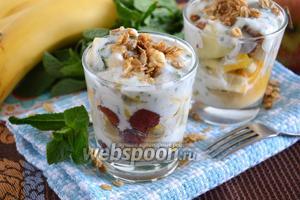 Фруктовый салат с йогуртово-мятной заправкой и гранолой
