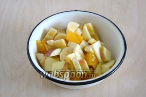 Добавьте к кусочкам апельсина нарезанные банан и яблоко. Перемешайте.