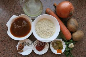 Собираем компоненты. Овощи: картофель, морковь, лук, рис. Приправы: по 1 чайной ложке хмели-сунели и кориандр меленый, 0,5 ложки шафрана имертинского, 3 зубчика чеснока, соль, перец по вкусу, лавровый лист. Соус: томатную пасту и ткемали, масло для жарки.