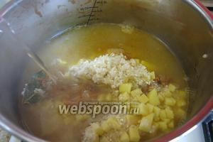 Заливаем кипяток до 2,2-2,5 литров, по предпочтениям. Варим до готовности, можно нарезать картофель крупнее, тогда закладываем первым картофель, провариваем до полуготовности и потом добавляем рис.