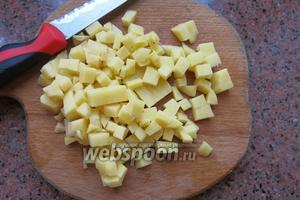 Нарезаем картофель мелкими кубиками.