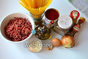 Для приготовления блюда понадобятся спагетти, говяжий фарш, панировочные сухари, лук, чеснок, томаты в собственном соку, горчица, яйцо, специи (розмарин, базилик и орегано), соль и перец по вкусу.