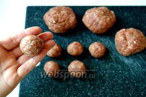 Разделить фарш на 4 части, сформировать 4 мясных шарика. А затем из каждого мясного «клубочка» сформировать руками по 6 маленьких тефтелек.