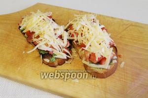 Уложить слой сыра на помидоры.