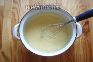 Теперь начинаем замес теста. В миску отправляем желтки, сахар, ванильный сахар и соль. Берём венчик и растираем яичную массу добела.