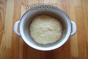 Наше тесто собираем в колобок и затягиваем плёнкой, убираем в тёплое место на 1 час. Чтобы подошло.