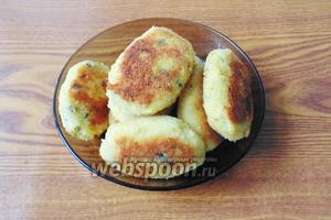 Картофельные котлеты с грибами и сыром готовы. Подаём в тёплом виде со сметаной.