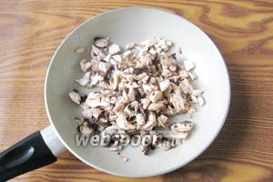 Шампиньоны чистим, моем и мелко режем. Кладём на сковороду с небольшим количеством подсолнечного масла.