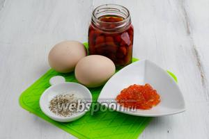 Для приготовления закуски нужно взять масло сливочное топлёное, яйца, сливки, соль, перец, маринованный перец, икру красную.