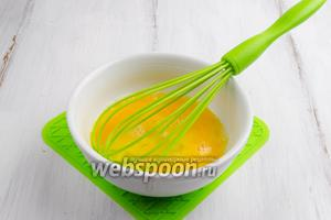 Яйца вымыть. Вбить их в глубокую посуду. Взбить яйца со сливками.
