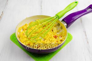 Нагреть сковороду, растопить масло. Влить яичную массу. Жарить, все время помешивая, до готовности.