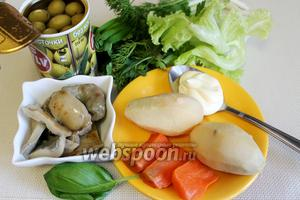 Для салата возьмём солёные грибы (у меня грузди и бычки), картофель, морковь, оливки, зелень, пряности.