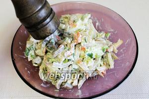 Присыпать чуточку свежемолотым ароматным перчиком, всё — салат готов! Подавать, украсив салатными листьями и оливками.