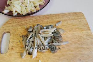 Уложить в салатник, аналогично нарезать грибы.
