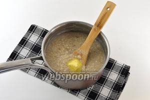 Снять с огня. Добавить сливочное масло. Закрыть  плотно крышкой и настаивать ещё несколько минут.
