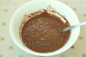 Влить жидкую смесь в сухие ингредиенты, хорошо смешать до однородной консистенции жидкой сметаны.