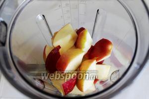Затем яблоки  и залить соком.