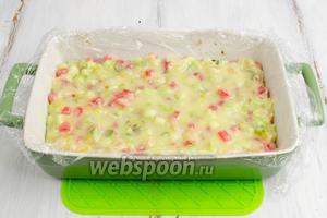 Разгладить верхний бело-шоколадный слой. Форму с массой снова поместить в морозилку на 15 минут.