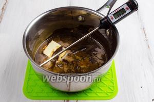 На водяной бане при температуре  40°C растопить шоколад, добавить подготовленный кофе, сгущённое молоко 1,5 ст.л., соль и масло 15 г. Держать над паром, слегка покачивая кастрюлю для смешивания ингредиентов.