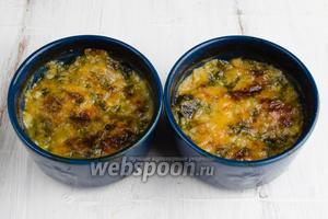 Готовое блюдо в креманках можно разогреть перед подачей (при желании).