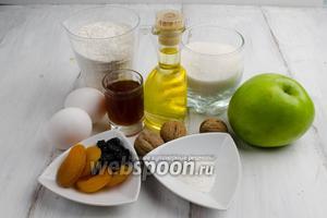 Чтобы приготовить пирог, для теста нужно взять: муку, разрыхлитель, ваниль, яйца, сахар, подсолнечное масло, коньяк, изюм, курагу, яблоки, крахмал; для покрытия : сахар, корицу, орехи, сахарную пудру.