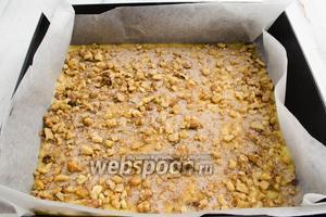 Равномерно посыпать ореховой смесью с сахаром и корицей.